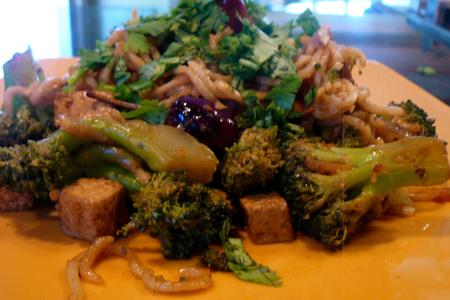 Noodles vegani al tofu, zenzero e broccoli