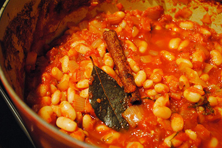 Zuppa di cannellini, feta e spezie calde