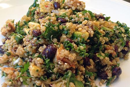 Quinoa con avocado, fagioli neri, spinacino e salmone affumicato