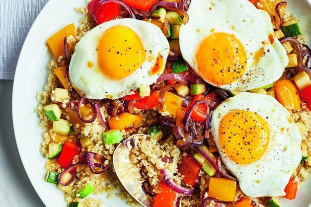 Uova al tegamino con quinoa e peperoni