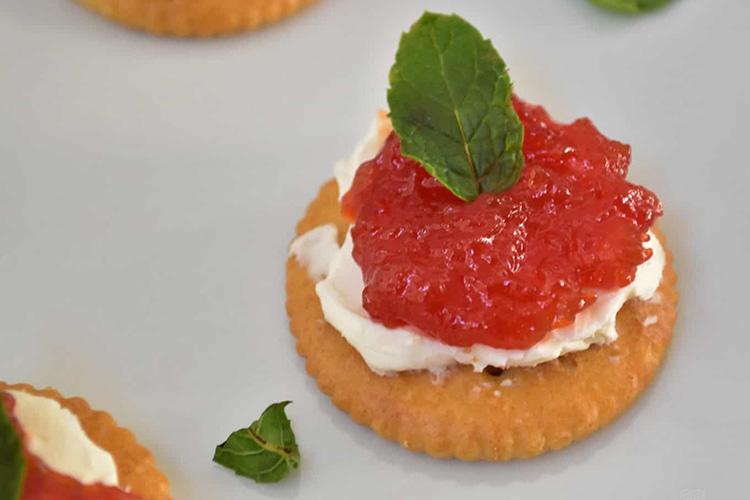 Un antipasto stuzzicante in cui il dolce della ricotta si armonizza con il piccante della marmellata